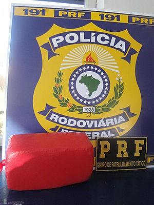 Pasta base de cocaína foi econtrada dentro de ônibus (Foto: Divulgação / PRF)