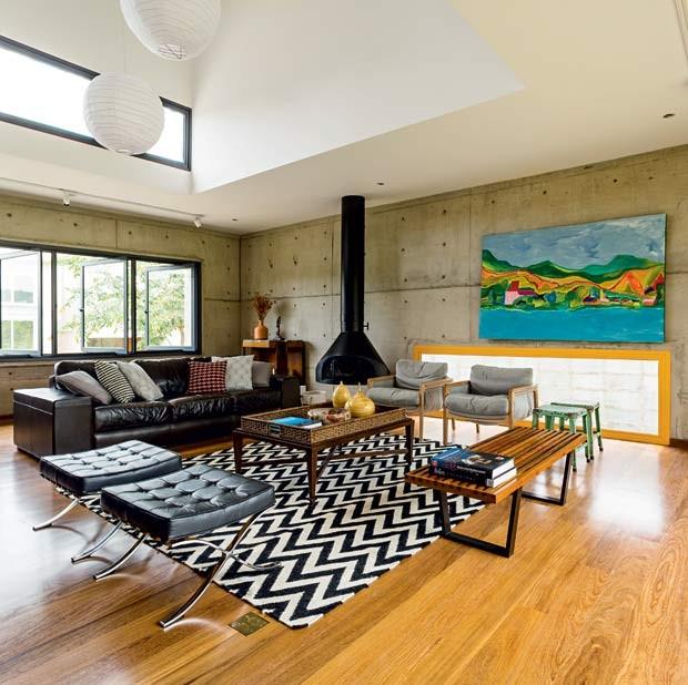 sala-quadro-aparador-lareira-tapete-piso-madeira-poltrona-pufe-sofa (Foto: Edu Castello/Editora Globo)