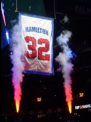 Camisa de Hamilton é erguida em Detroit (Foto: Divulgação)