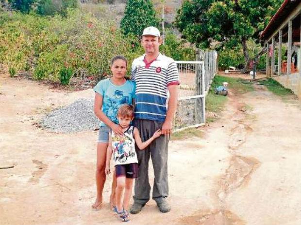 Produtor, esposa e o filho vão deixar o Estado por causa da seca (Foto: Raquel Lopes/ A Gazeta)
