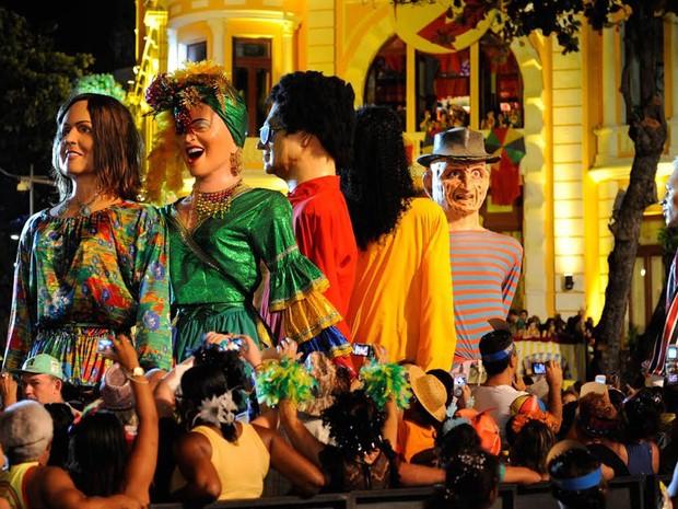 Bonecos gigantes circulam no Bairro do Recife (Foto: Diego Moraes / G1)