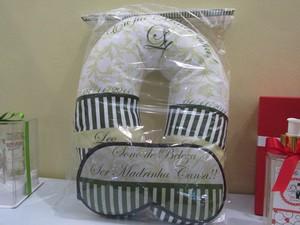 'Ser madrinha cansa', diz mensagem em máscara de dormir dada como lembrancinhas pelos noivos (Foto: Karina Trevizan/G1)