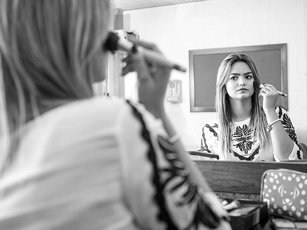 A atriz retoca a maquiagem antes da sessão de fotos (Foto: Inácio Moraes / Gshow)