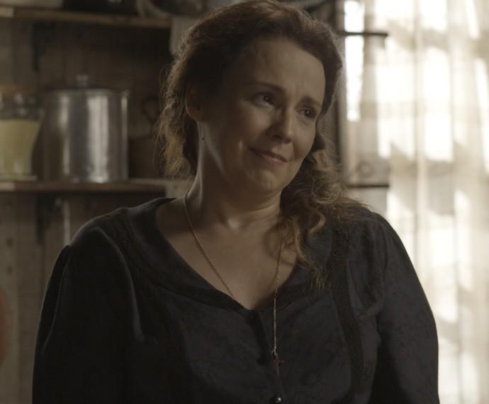 Emília assiste a tudo emocionada (Foto: TV Globo)