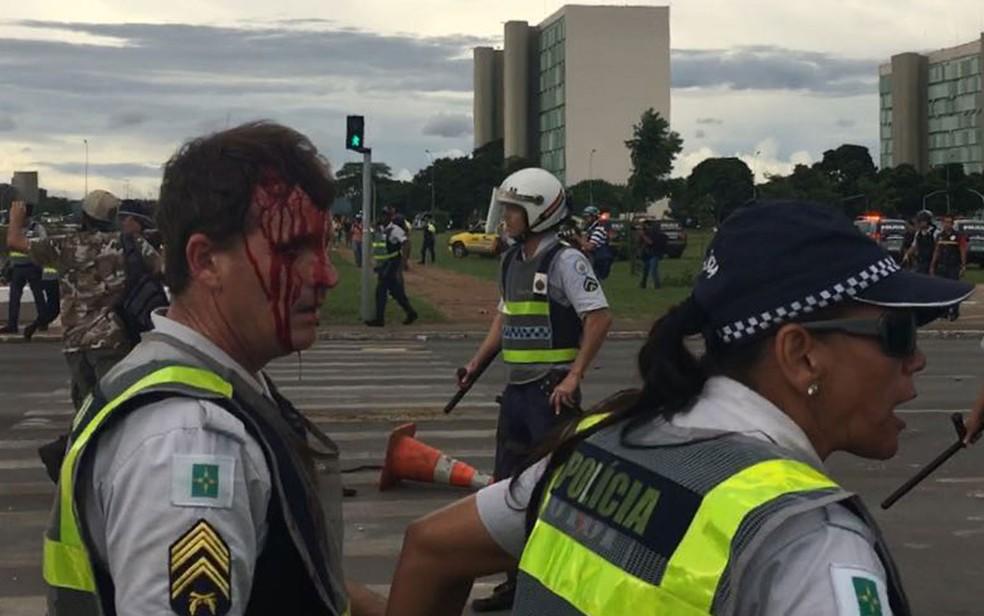 Policial ferido durante confronto com manifestantes na Esplanada dos Ministérios nesta terça-feira (13) (Foto: Polícia Militar/Divulgação)