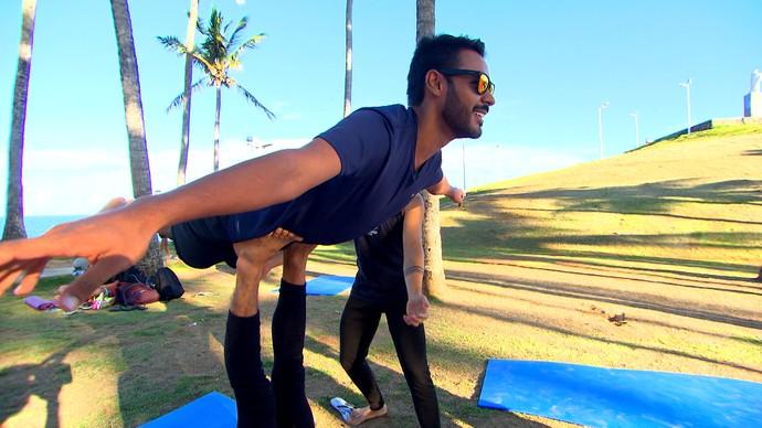 Acroyoga mistura massagem tailandesa, yoga e acrobacia (Foto: TV Bahia)
