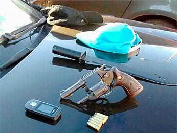 Revólver e espada achados com homem no DF (Foto: Polícia Militar/Divulgação)