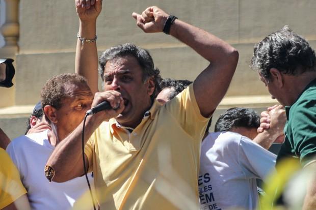 Aécio Neves discursa durante manifestação em Belo Horizonte (Foto: Doug Patrício/ Estadão Conteúdo)