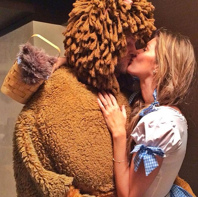 2013, Gisele Bündchen como a Dorothy de O Mágico de Oz e Tom Brady de leão (Foto: Reprodução/Instagram)