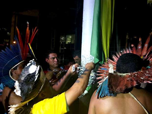 Índios acorrentam bandeira do Brasil em poste em frente ao Palácio da Justiça, em Brasília (Foto: Lucas Salomão/G1)