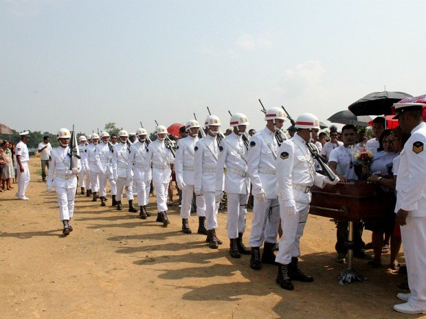 Cerimônia de sepultamento contou com honrarias militares (Foto: Camila Henriques/G1 AM)