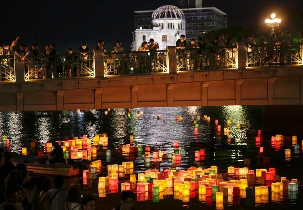 Lanternas de papel no rio Moyasu lembram os 72 anos desde o lançamento da bomba atômica em Hiroshima, o Japão (Foto: KIMIMASA MAYAMA/EFE)
