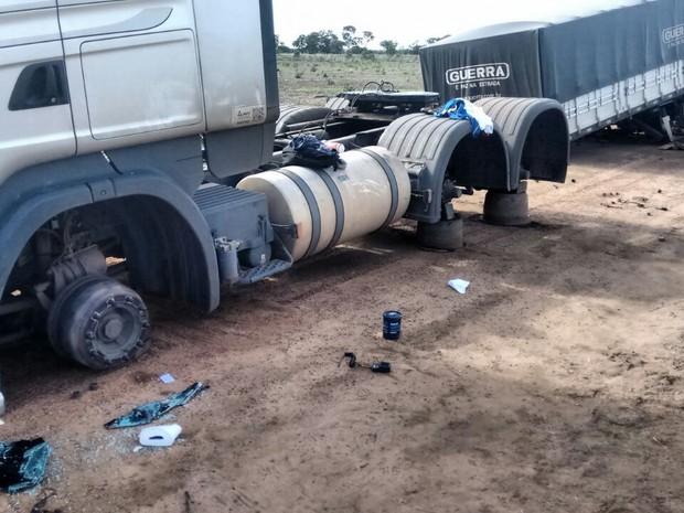 Caminhão teve 34 rodas roubadas, segundo a PRF (Foto: Heitor Moreira/TV Anhanguera)