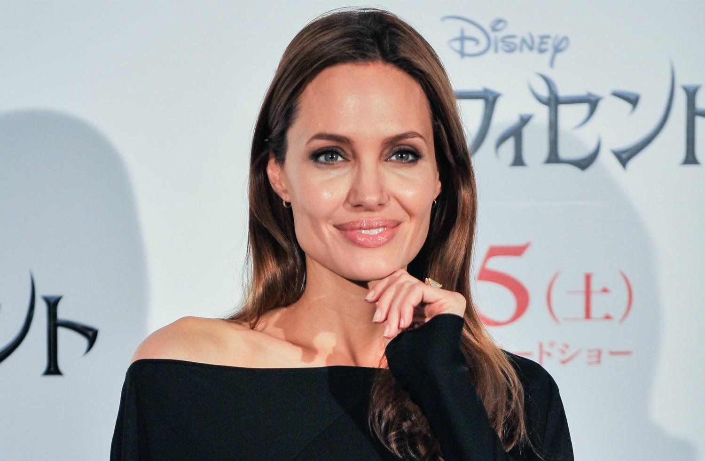 Mesmo sendo filha de atores bem-sucedidos em Hollywood, Angelina Jolie se decepcionou tanto com o velório do avô que decidiu ir trabalhar, no início, como diretora de funerais. (Foto: Getty Images)