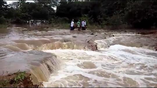 Chuva onde família levou caixão por correnteza supera média de 30 anos