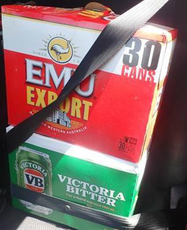 Polícia divulgou foto das caixas de cerveja protegidas por cinto de segurança (Foto: Kimberley District - WA Police/Facebook)