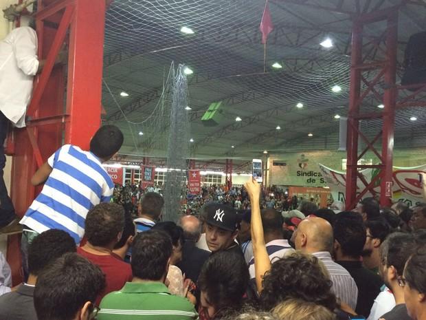 Miliantes disputam espaço para ouvir o discurso de Lula no Sindicato dos Bancários (Foto: Glauco Araújo/G1)
