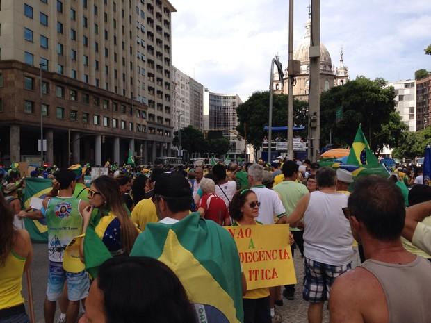 Manifestantes no Centro do Rio, na Candelária. (Foto: Hernique Almeida/G1)