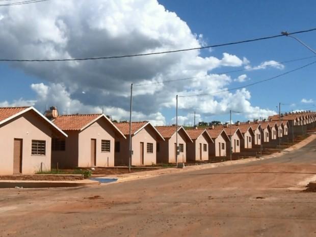 Eles dizem que prazo para entregar de 300 casas foi adiado várias vezes em Pouso Alegre (Foto: Reprodução EPTV)