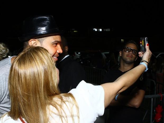Naldo tira foto com fã em casa de shows na Zona Oeste do Rio (Foto: Raphael Mesquita/ Foto Rio News)