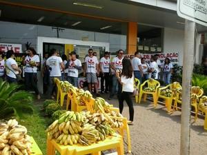 Bancários promoveram um bananaço para protestar contra a atitude dos bancos (Foto: Jorge Freitas/CBN Tocantins)