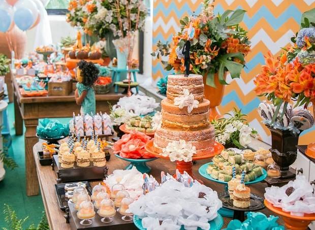 A festa virou um chaversário com duas mesas compondo a decoração (Foto: Karina Martini)