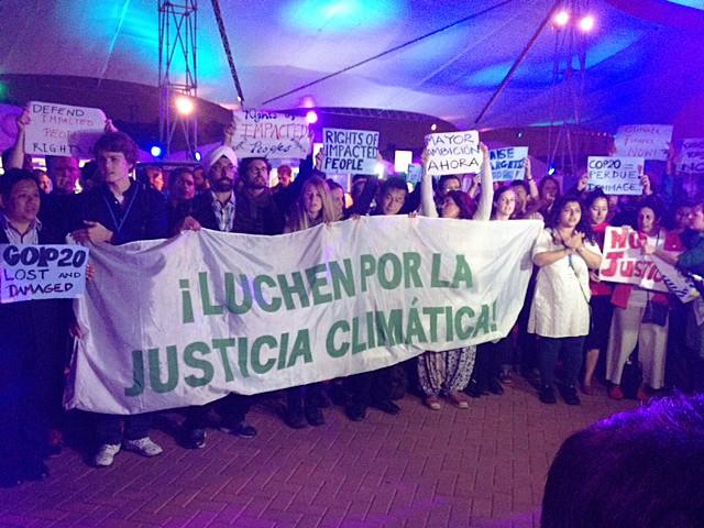 Ativistas protestam antes da plenária final da COP 20. Eles gritam 'sem justiça, sem acordo', em referência à retirada de pontos do rascunho que tratavam da ajuda de países ricos a nações vulneráveis. (Foto: Eduardo Carvalho/G1)