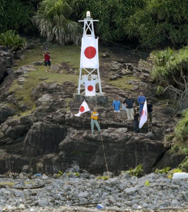 Imagem mostra japoneses chegando às ilhas Diaoyu (Foto: AP Photo/Kyodo News)