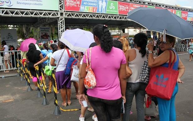 População fez fila para ter acesso aos serviços (Foto: Katiúscia Monteiro/ Rede Amazônica)