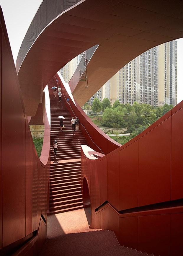 Ondas vermelhas formam ponte na China (Foto: Divulgação)