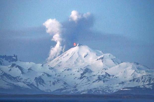 Pavlof é um dos vulcões mais ativos do Alasca (Foto: Rachel Kremer/Alaskan Volcano Observatory/AP)