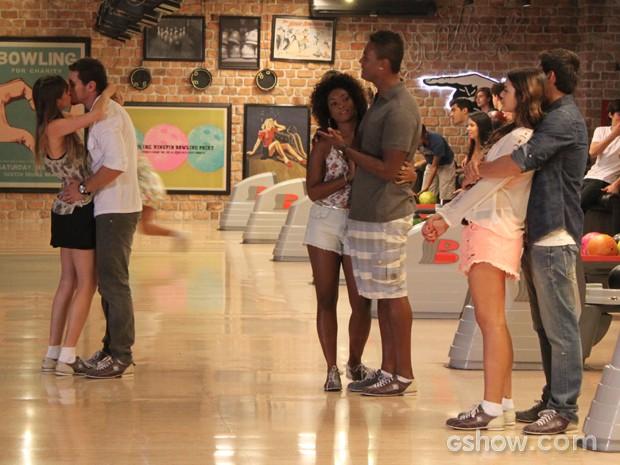 Rolou! Murilo e Giselle finalmente trocam omaior beijão (Foto: Em Família/TV Globo)