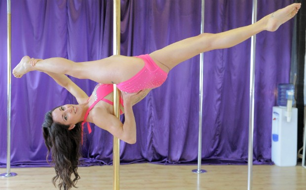 PROFESSORA GANHA CONCURSO DE POLE DANCE NO REINO UNIDO (Foto: GROSBY GROUP)