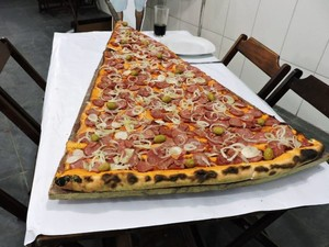 Pedaõ de pizza gigante é uma das opções curiosas (Foto: Pizzaria Batepapo/Divulgação)