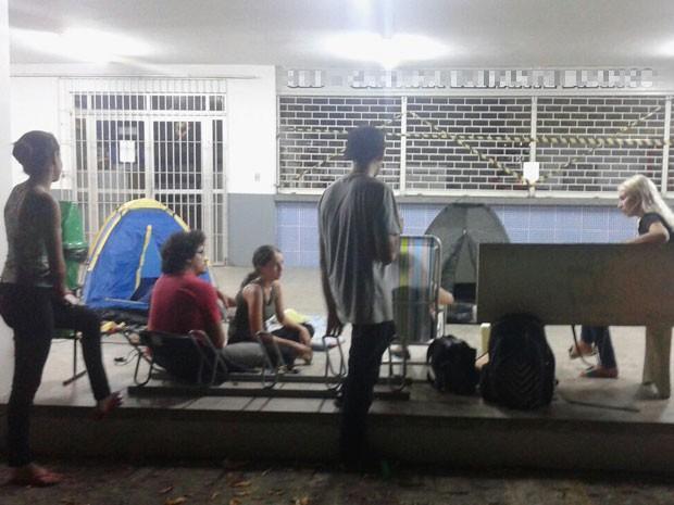Defensores dos animais estão reversando no acampamento em frente à catina onde os gatos apareceram mortos (Foto: Alick Farias/Arquivo pessoal)