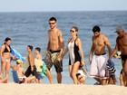 Fernanda Lima e Rodrigo Hilbert vão juntos à praia