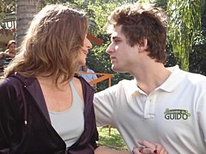 Guido se empolga e tenta beijar Laura (Foto: Malhação / TV Globo)