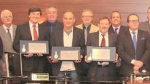 Repórter da RBS TV recebe medalha Dakir Polidoro  (Édio Hélio Ramos/Divulgação)