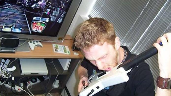Tentar tocar a guitarra de plástico de Guitar Hero com os dentes pode ser má ideia (Foto: Reprodução/IGN)