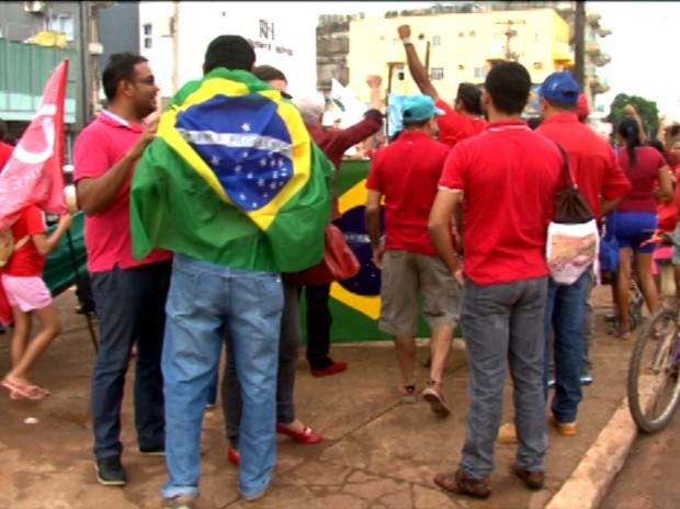 Segundo organizadores, cerca de 200 pessoas participaram do ato a favor do governo Dilma, em Altamira, no PA (Foto: Reprodução/TV Liberal)