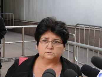 A viúva de Nelson José da Silva, Elba Soares, fala com a impresa antes do início da sessão nesta sexta-feira (Foto: Pedro Triginelli/G1)