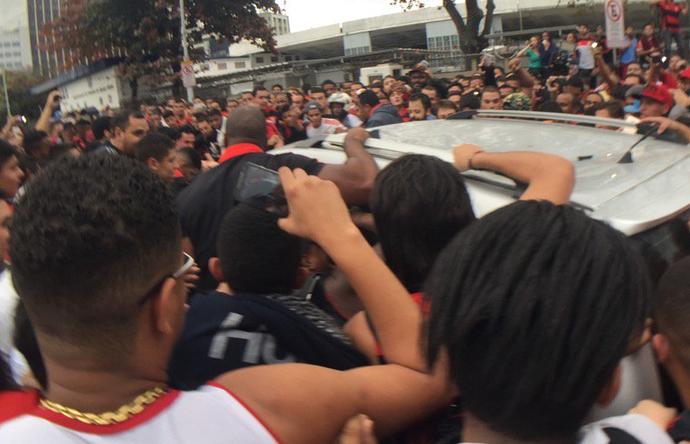 Carro de Diego é cercado pelos torcedores do Flamengo (Foto: Richard Souza/GloboEsporte.com)