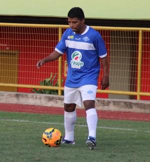Lateral Ley tenta se livrar da marcação do atacante alvirrubro Sandro Goiano (Foto: Duaine Rodrigues)