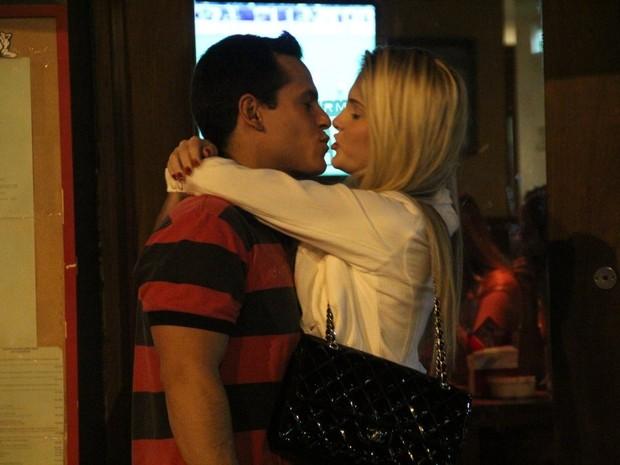 Bárbara Evans troca beijos com o namorado, Leonardo Conrado, em restaurante na Zona Sul do Rio (Foto: Rodrigo dos Anjos/ Ag. News)