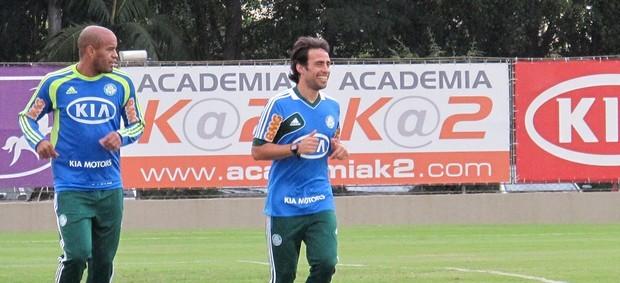 Thiago Heleno e Valdivia, em treino do Palmeiras nesta terça-feira (Foto: Globoesporte.com)