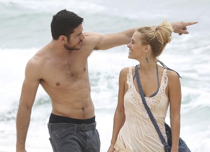 Dante e Lara passeiam em clima de sedução (Foto: Raphael Dias / Gshow)