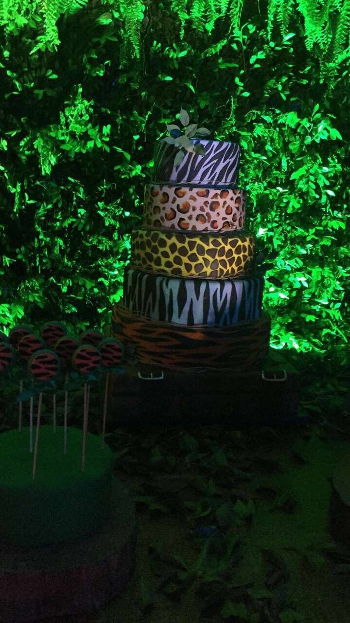 Bolo de aniversário da Anitta é assim: cinco andares, cada um com uma estampa! (Foto: Reprodução/Instagram)