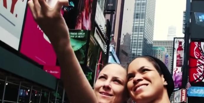 Amanda Nunes e Nina Ansaroff posam junta para a foto (Foto: Reprodução SporTV)