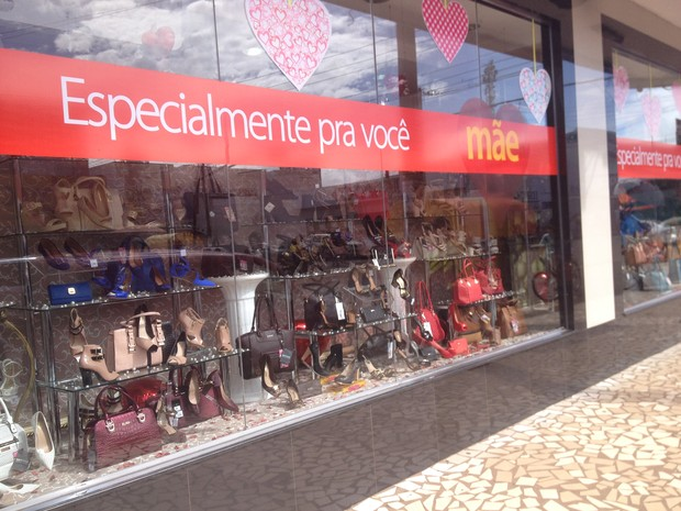 4295b5531 Lojas investiram na decoração de vitrines para atrair clientes (Foto:  Cassio Albuquerque/G1