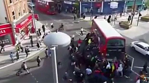 Dezenas ajudaram a levantar o ônibus (Foto: Reprodução/Youtube/Zafer Sari)